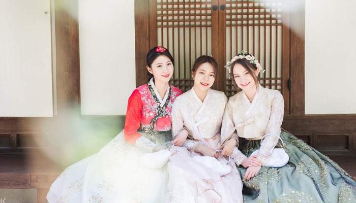 Mặc bộ áo Hanbok