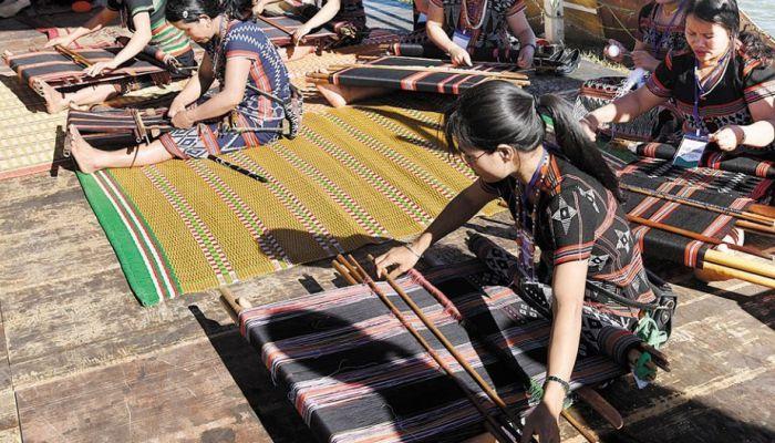 Nghệ nhân dệt thổ cẩm Cơ Tu tham gia cuộc thi dệt thổ cẩm trong Lễ hội Văn hóa thổ cẩm Việt Nam lần thứ I tại Đắk Nông