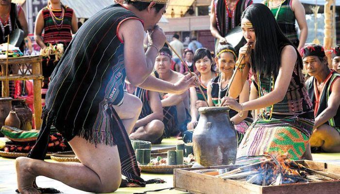 Tái hiện lễ cưới của người M'nông với những lễ nghi, diễn xướng, trò chơi đặc sắc, vui nhộn