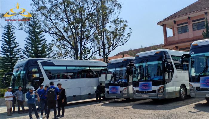 9 chiếc xe chở gần 400 em học sinh trường THPT Bùi Thị Xuân
