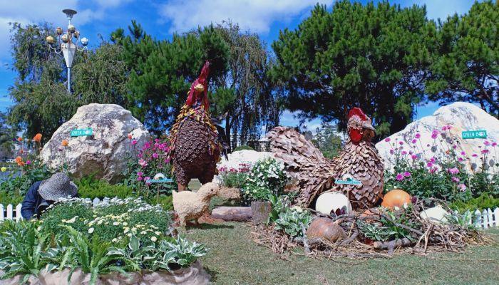 Các tiểu cảnh được trang trí ở khu vực Hồ Xuân Hương
