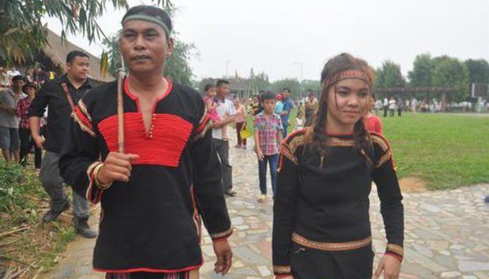 Chàng trai được làm lễ trưởng thành lặng lẽ đi ra bến nước trong bộ lễ phục truyền thống.