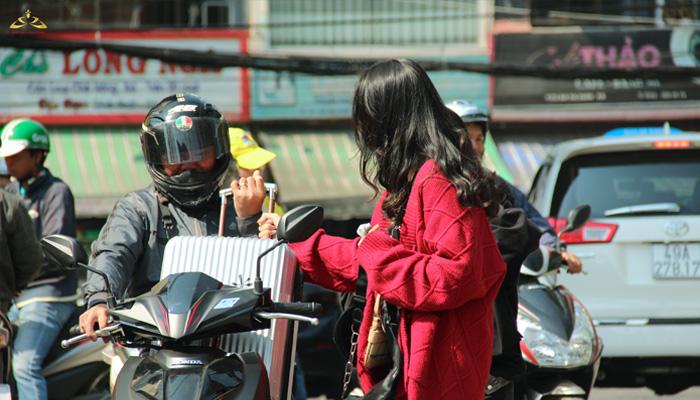 Phụ huynh đưa học sinh đến trường để tham gia tour