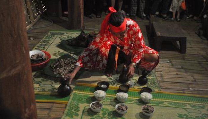 Trong nhà tại gian khách (ook), thầy cúng lần lượt cúng thần Yàng lần thứ nhất, lần thứ 2, lần thứ 3, lần thứ 4.