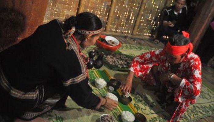Sau lễ cúng, chàng trai cùng những thành viên trong gia đình và các vị khách cùng uống ruợu, ăn thịt giữa tiếng chiêng rền rã.
