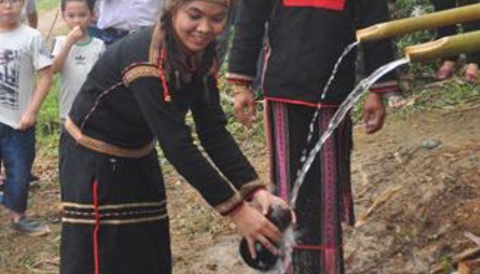 Bầu nước được hứng đầy để mang về cúng thần Yàng.