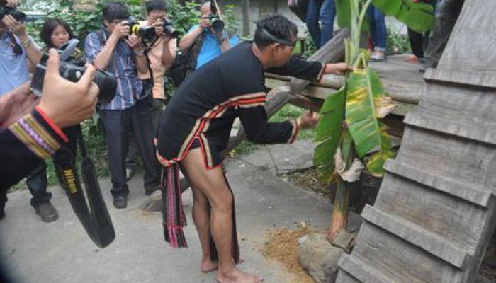 Chàng trai tay cầm kiếm sắc (sà gạc) vung kiếm chặt đứt 2 cây chuối. Tượng trưng cho hình ảnh hạ gục kẻ thù rồi bước lên cầu thang.