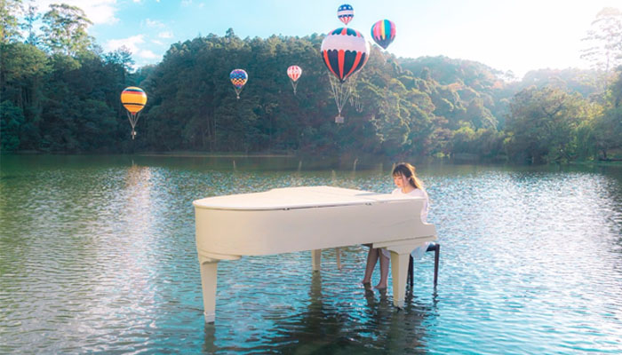 Mãn nhãn với đàn Piano giữa hồ nước mênh mông