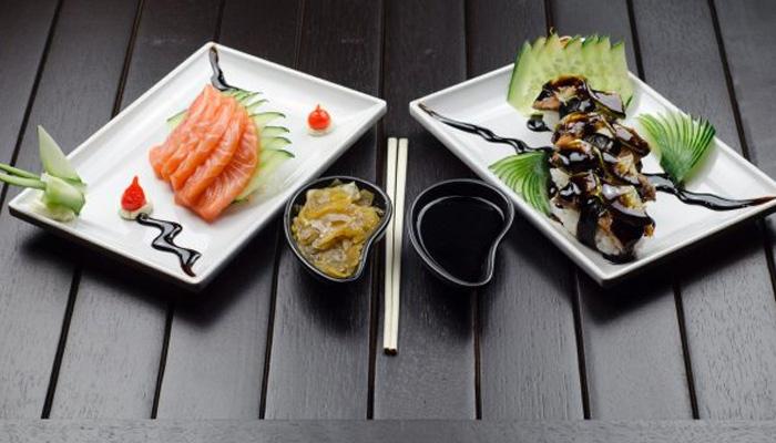 các nhà hàng của Nhật Bản thường sử dụng đồ sơn mài và gốm cổ.