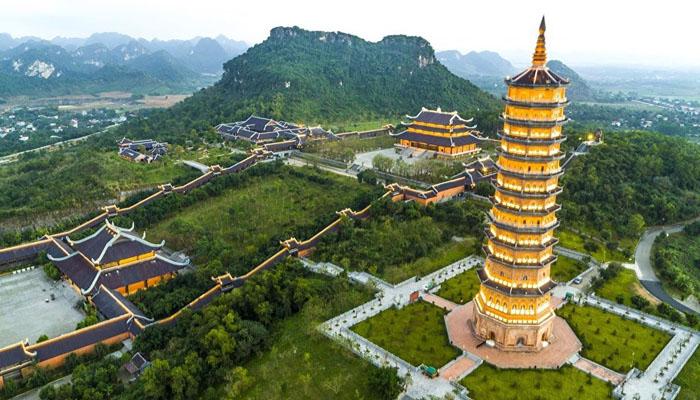 Chùa Bái Đính - ngôi chùa lớn nổi tiếng Miền Bắc, làm lễ cầu phúc lành.
