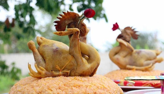 Gà cúng trong ngày tết, mào gà nên có màu đỏ tươi, nhú cao đều nhau, lông mượt, nhanh nhẹn, da căng, ức đầy, chân nhỏ, là hoàn hảo nhất