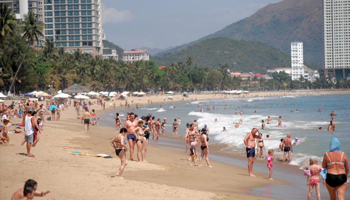 Biển Nha Trang đông nghẹt khách Tây giữa mùa dịch