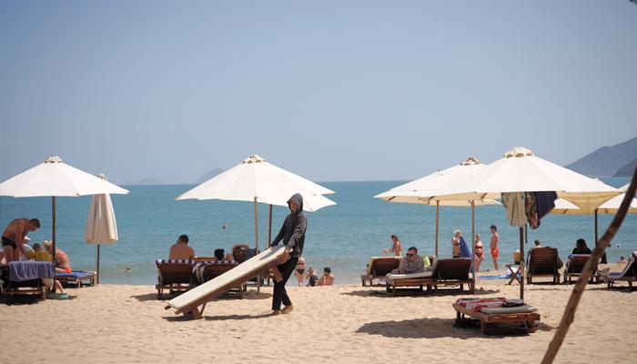Các nhân viên cho biết vẫn phải thường xuyên kê thêm nhiều ghế để du khách có thể tắm nắng