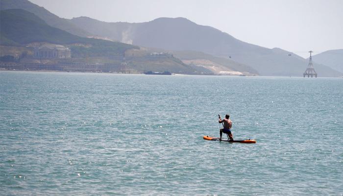 Số khách khác chơi các trò chơi thể thao trên biển