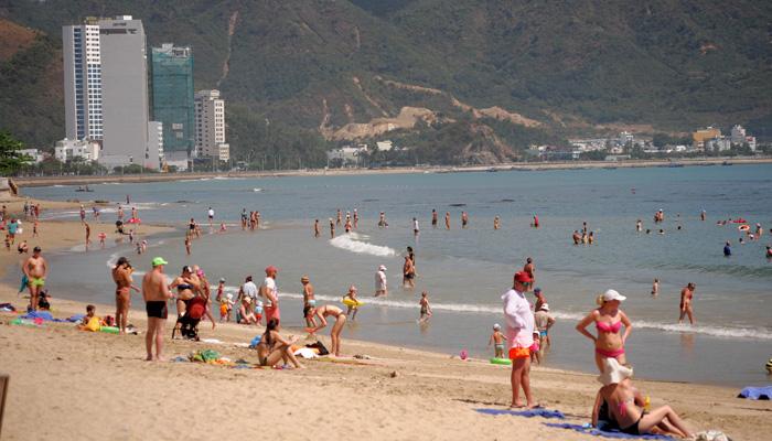 Du khách vẫn thản nhiên tắm biển, phơi nắng