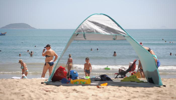 Với trẻ nhỏ, đây là cơ hội cực kì thú vị để vui đùa với sóng biển và cát trắng