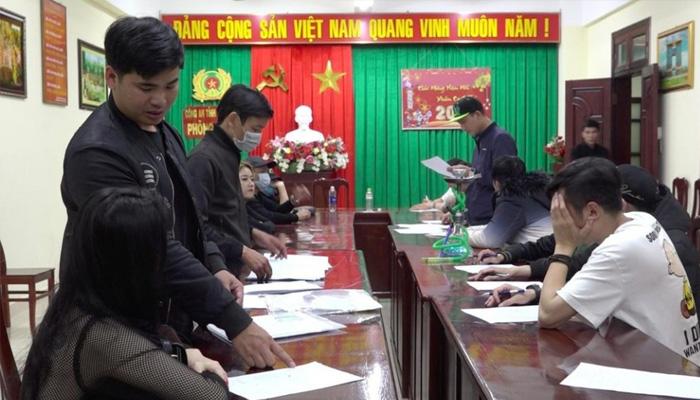 Toàn bộ khách và nhân viên trong bar được đưa về Công an tỉnh Lâm Đồng để làm việc