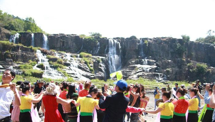 Lễ hội tại thác Poungour ở những năm trước