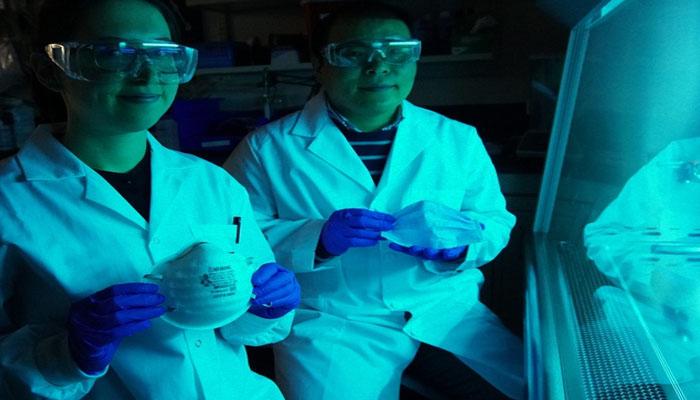Nhóm nghiên cứu ông Choi đang cầm trên tay khẩu trang muối có thể vô hiệu hóa virus trong vòng 5 phút (ảnh : BL)