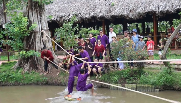 Trò chơi dây thừng dưới nước team buiding Đà Lạt (Ảnh: Internet)