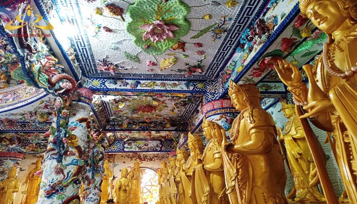 xung quanh chánh điện có rất nhiều tượng Phật Quang Âm
