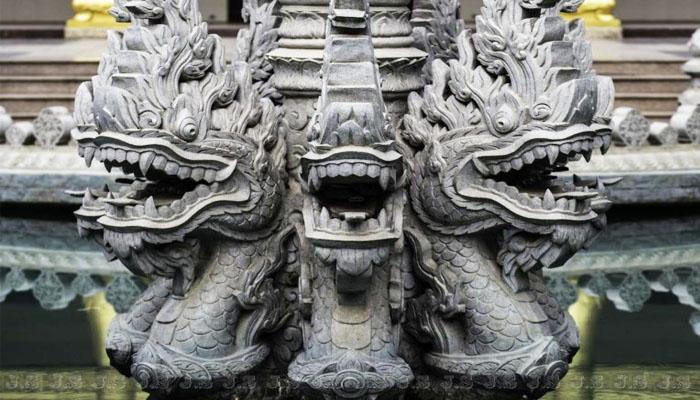 Cột đá giữa chánh điện có nét kiến trúc tinh xảo