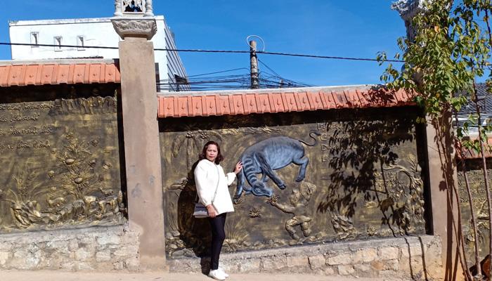 Tường bao quanh chùa được khắc những họa tiết cực đẹp