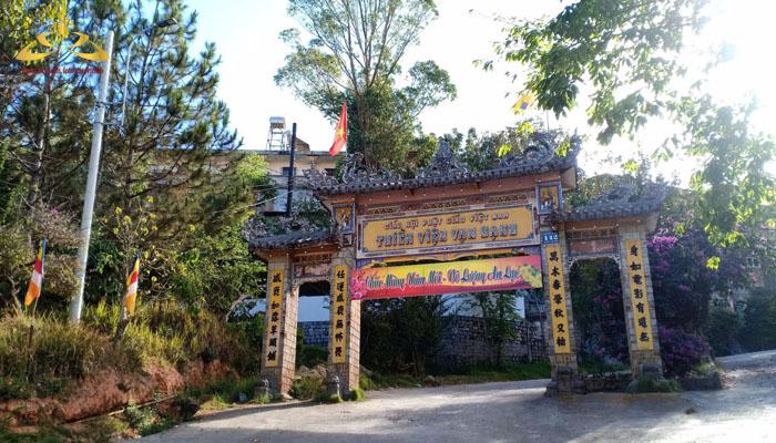Cổng vào thiền viện Vạn Hạnh