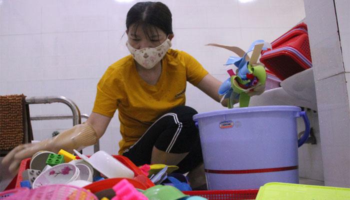 Lâm Đồng -Giáo viên tổng vệ sinh các vật dụng cho các em