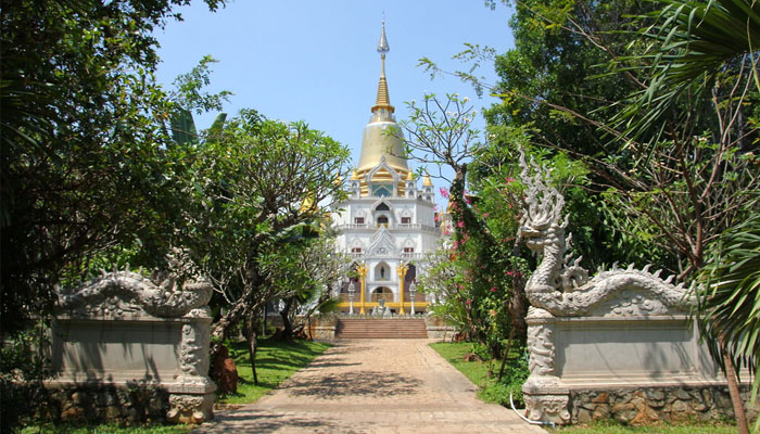 Đường đi vào chánh điện của chùa