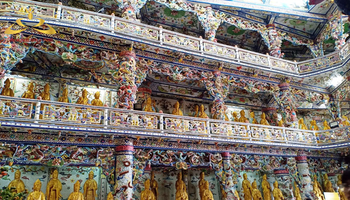bên trong chánh điện của chùa Linh Phước