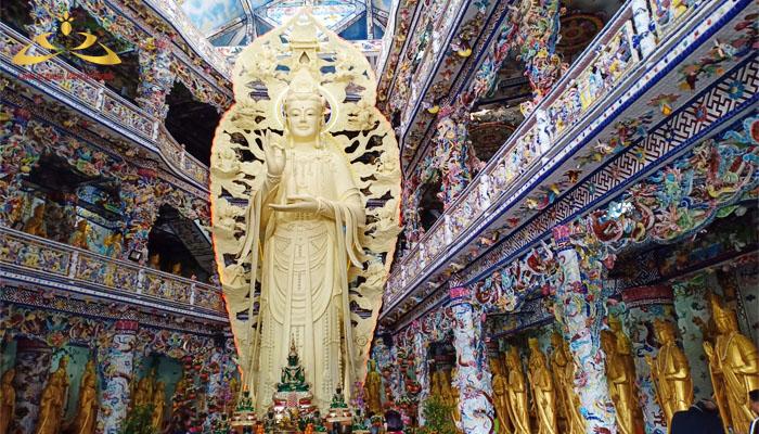 Chánh điện tại chùa Linh Phước