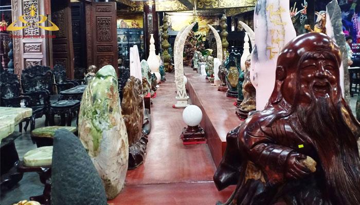 Trưng bày các tác phẩm được làm bằng gỗ và đá quý
