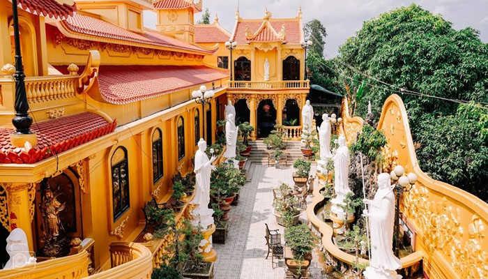 Khuôn viên bên trong chùa
