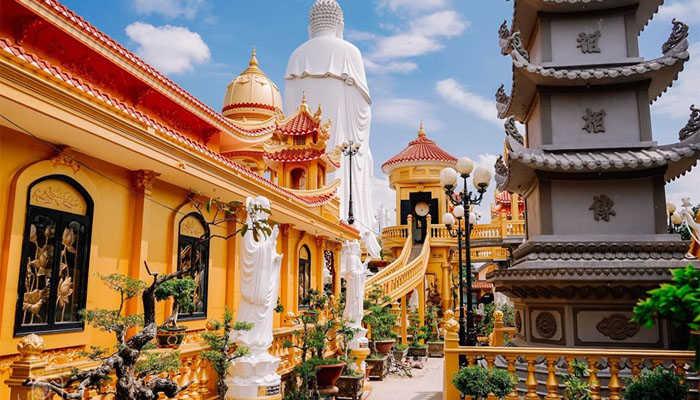Nơi đây rất thu hút du khách đến chiêm bái vãn cảnh chùa